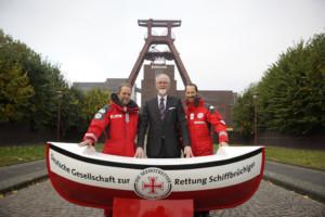 """Foto: DGzRS - Die Seenotretter Herbsteinsatzbilanz-Pressekonferenz der Seenotretter am 21. Oktober 2016 im Unesco-Welterbe Zollverein in Essen (v. l.): Seenotretter Rhett Collasius, Prof. Dr. Thomas Budde, Ordentliches Mitglied des Beschlussfassendes Gremiums der DGzRS, und """"Bootschafter"""" Markus Knüfken"""